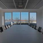 großes Konferenzzimmer mit Besprechungstisch und Einbauschrank