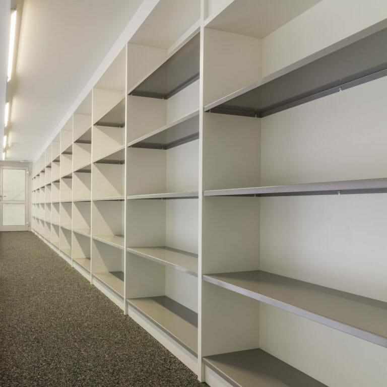 maßgeschneiderte Bücherregale grauen mit Metallböden