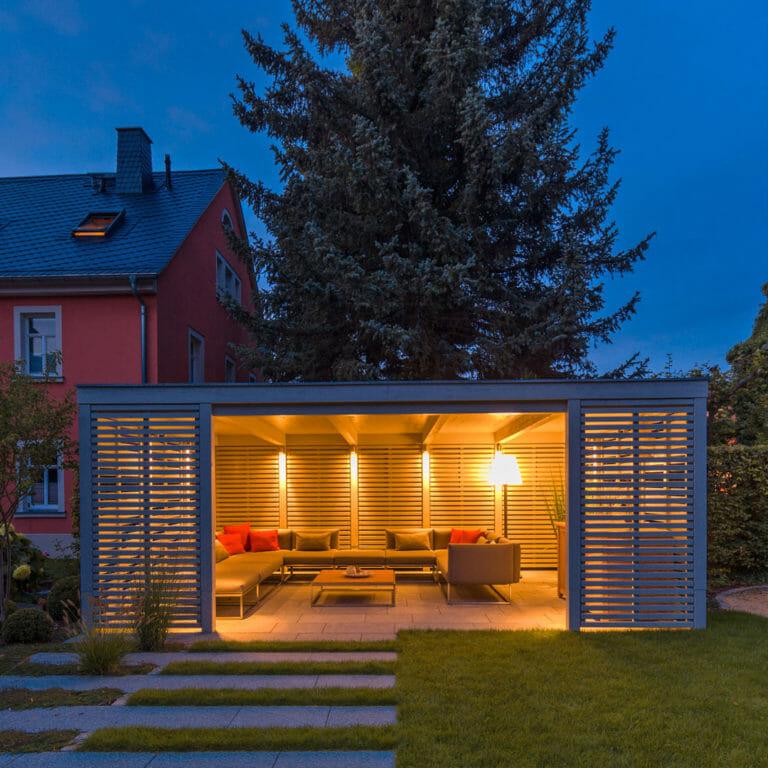 Pavillon Frontansicht bei Dämmerung mit stimmungsvoller Beleuchtung