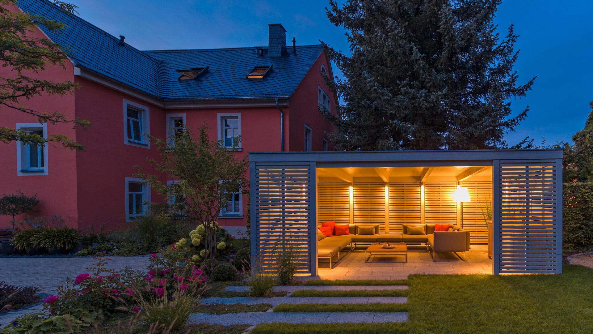 gartenpavillon in schlichtem grauen holzdesign. Black Bedroom Furniture Sets. Home Design Ideas