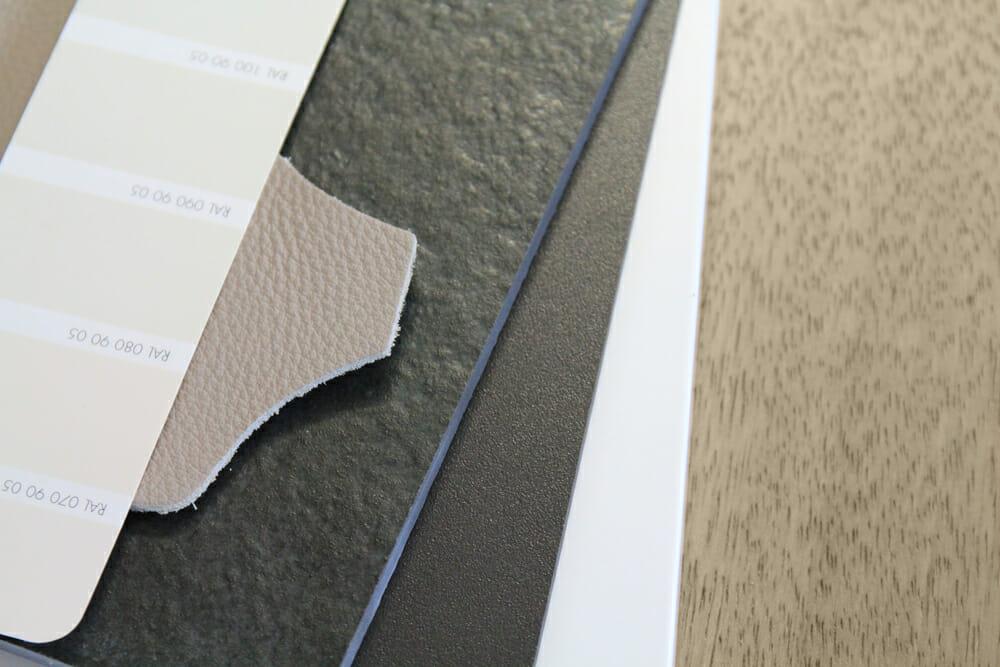 verschidene Materialien, Holz, Leder, Keramik, Furnier in gedecketen sandigen und erdigen Farben