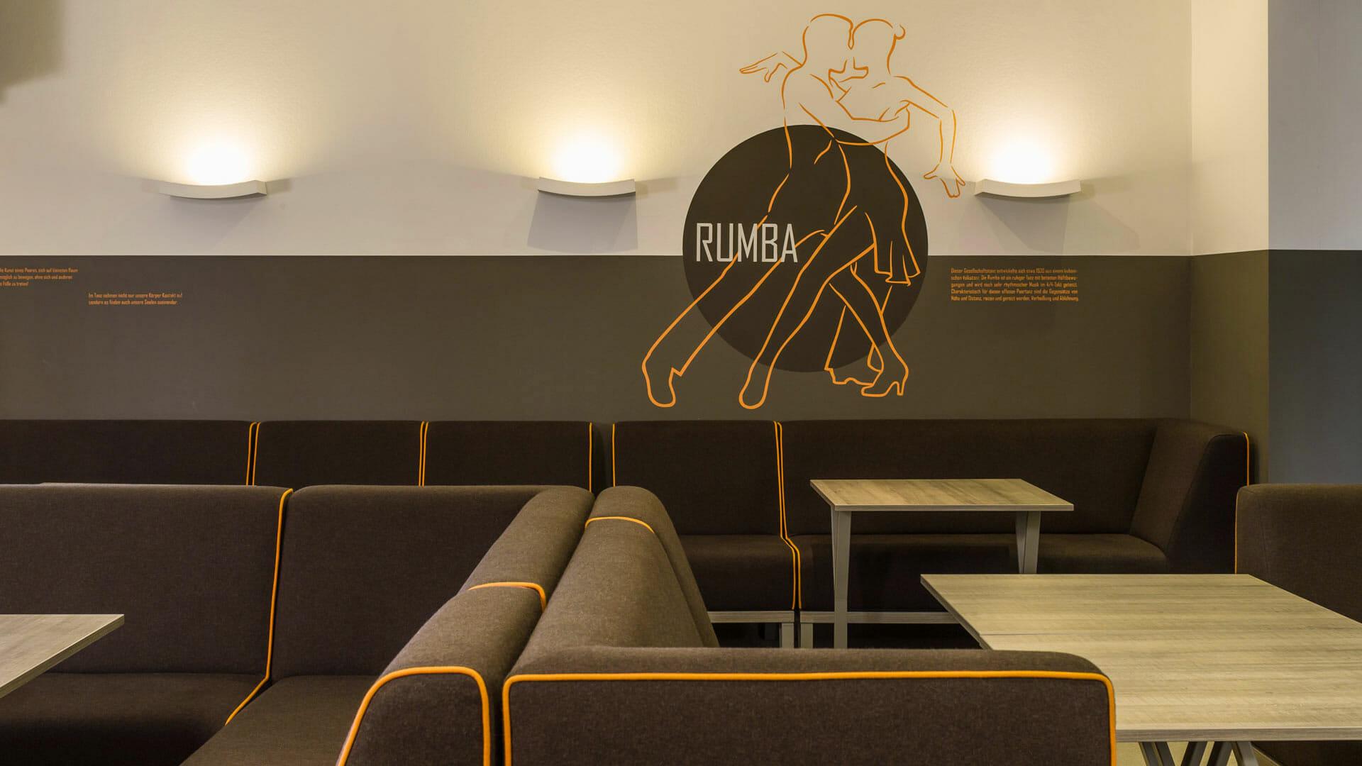 Sitzgruppen aus Filz und Wandgestaltung in Grau Orange