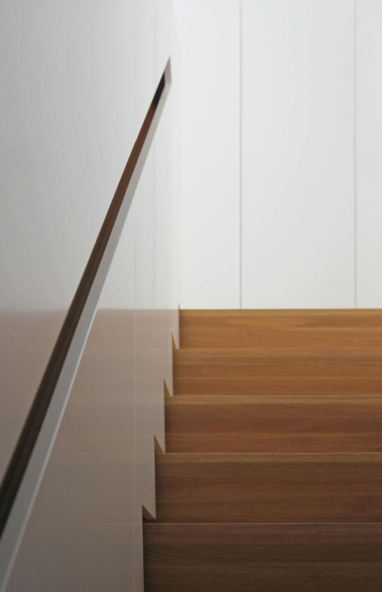 Treppenschrank Rückseite mit integriertem Handlauf