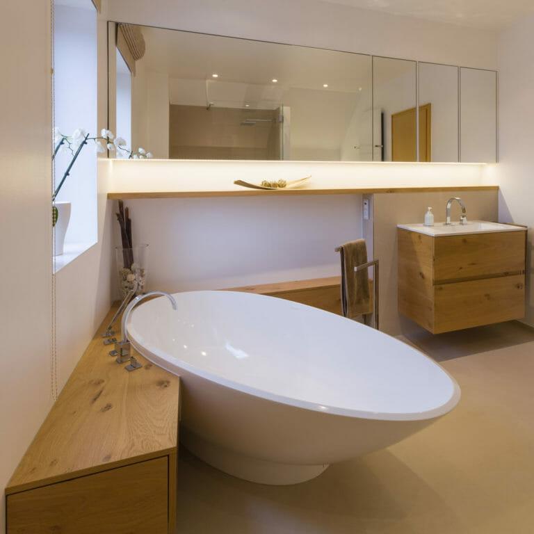 Einbaumöbel im Badezimmer: Spiegelschrank, Wandboard, Waschtisch, Stauraummöbel