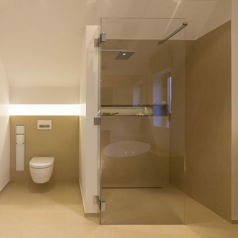 Bodengleiche Dusche mit Feinsteinboden in Warmgrau