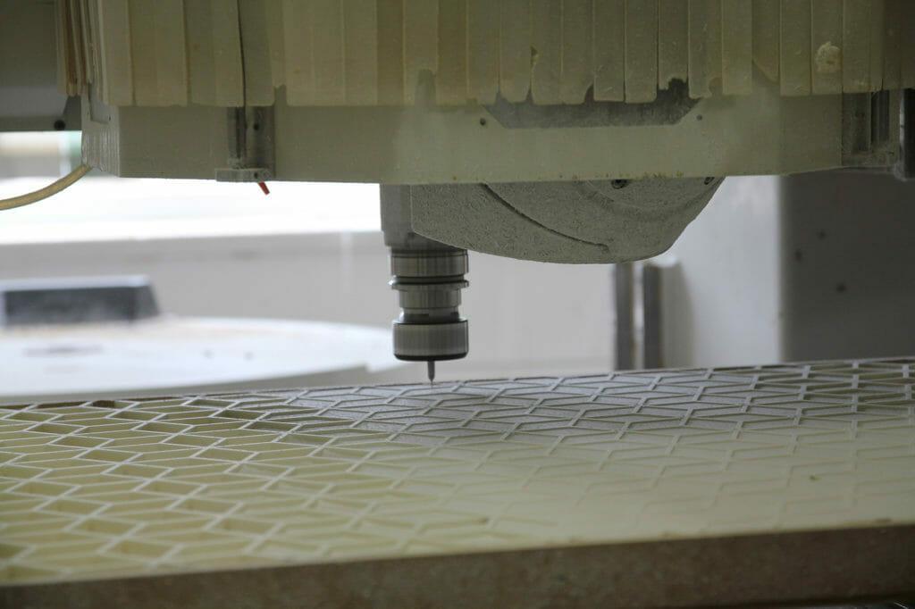 Maschinenbild Bearbeitungszentrum beim Fräsen eines Kunstwerkes