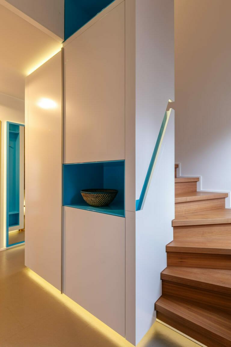 großzügige Sonder Einbauschranklösung mit kombinierter Treppe und umlaufender indirekter Beleuchtung