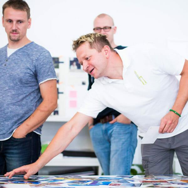 Mitarbeiter von dieMeisterTischler bei einem workshop