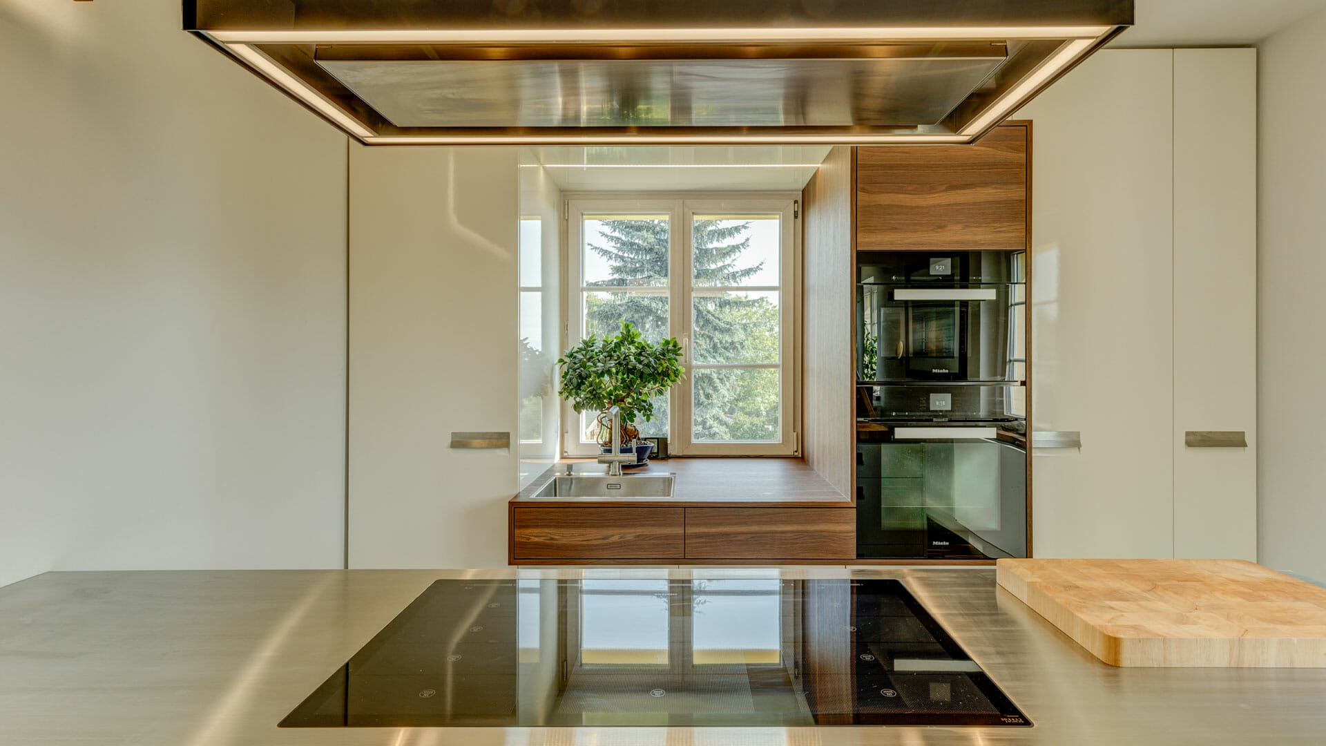 edle hochglanz Küche mit Edelstahlarbeitsplatte | dieMeisterTischler