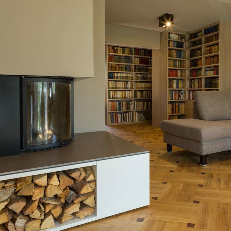 Wohnzimmer mit Kamin und Bibliothek