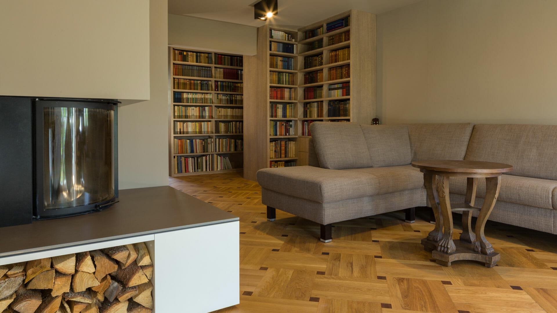 Elegantes wohnzimmer mit integrierter bibliothek for Wohnzimmer 20er jahre