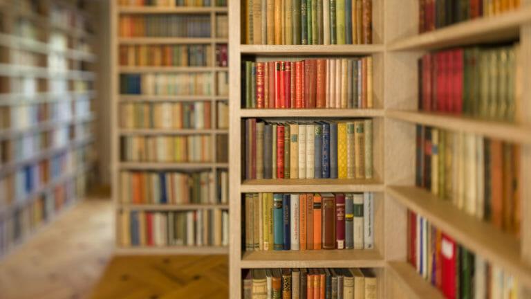 Staffelung von Bücherregalen