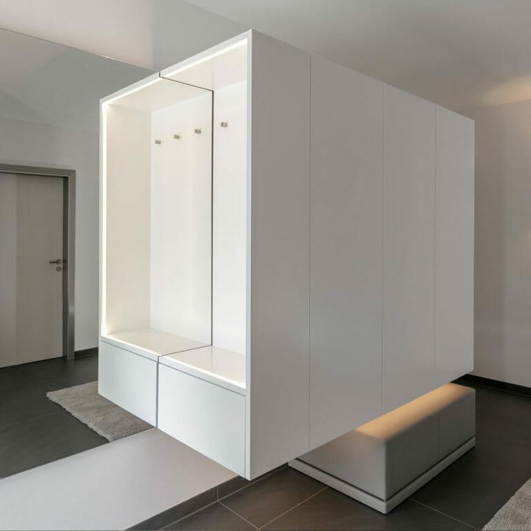 Garderobe mit Spiegel und Poöstermöbel