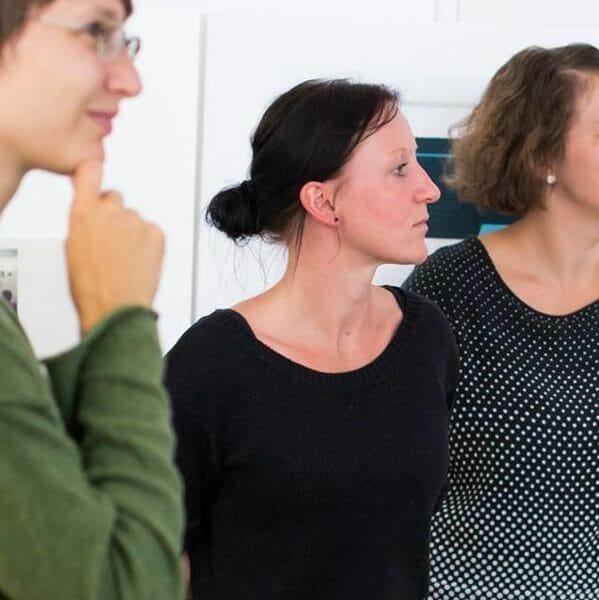 Manuela Schellenberger, stehend mit anderen Frauen in einem workshop