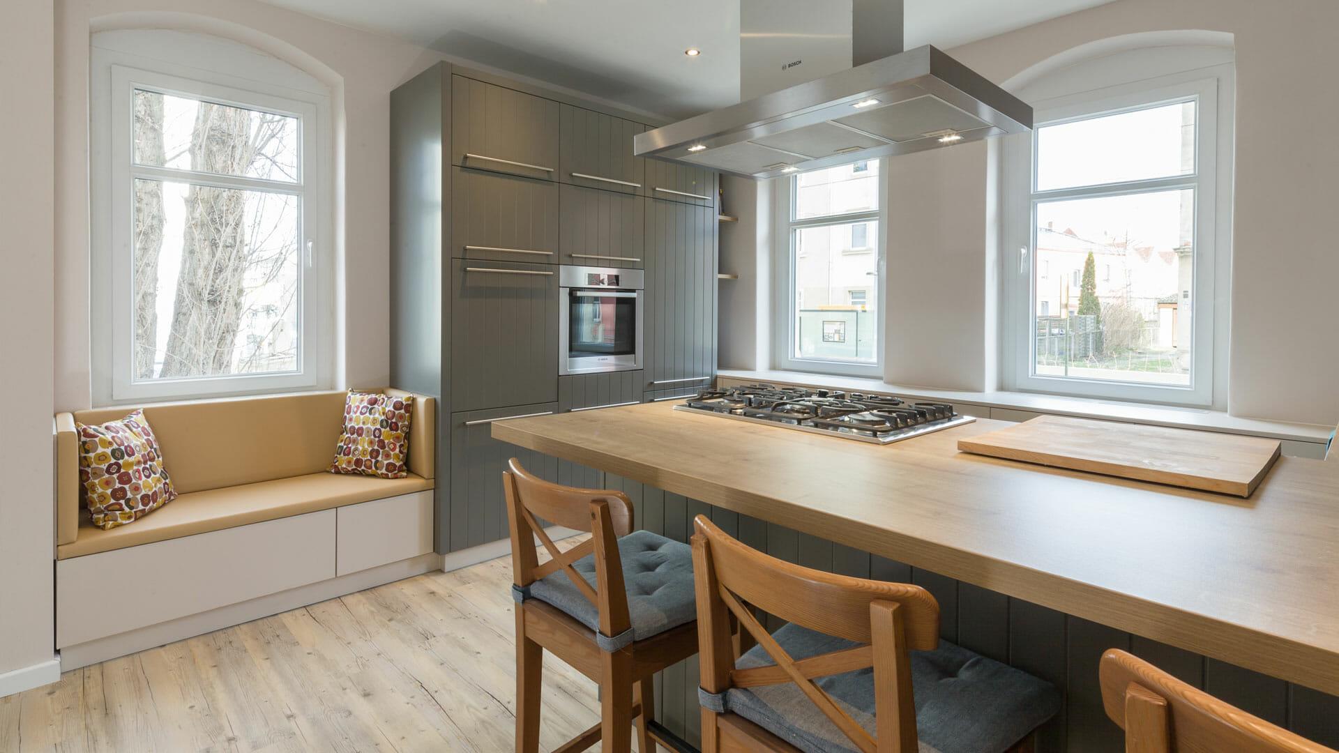 moderne Design Landhausküche mit Tresen, Hochschrank und Sitzniesche