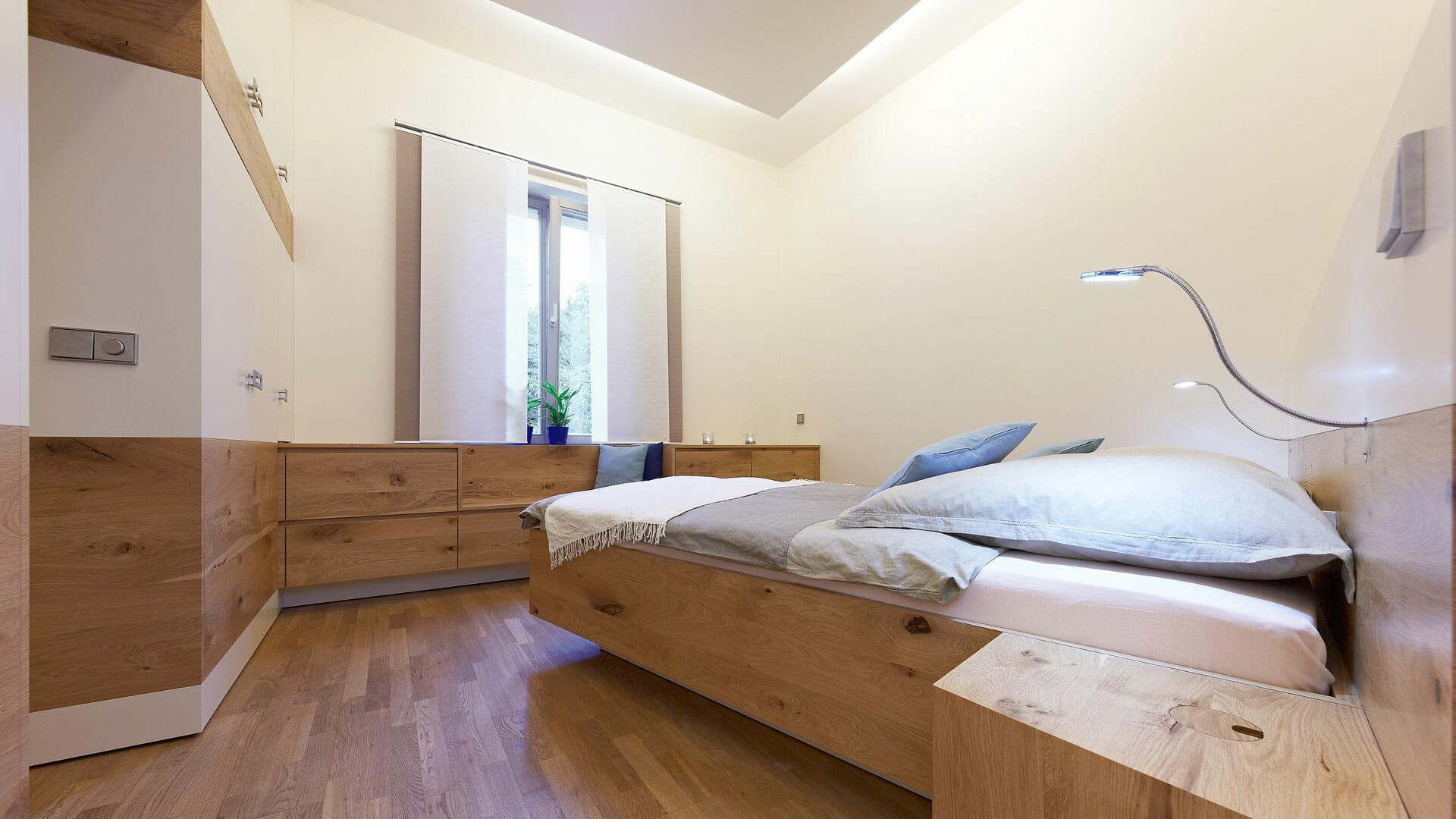 modernes Massivholz Schlafzimmer  dieMeisterTischler