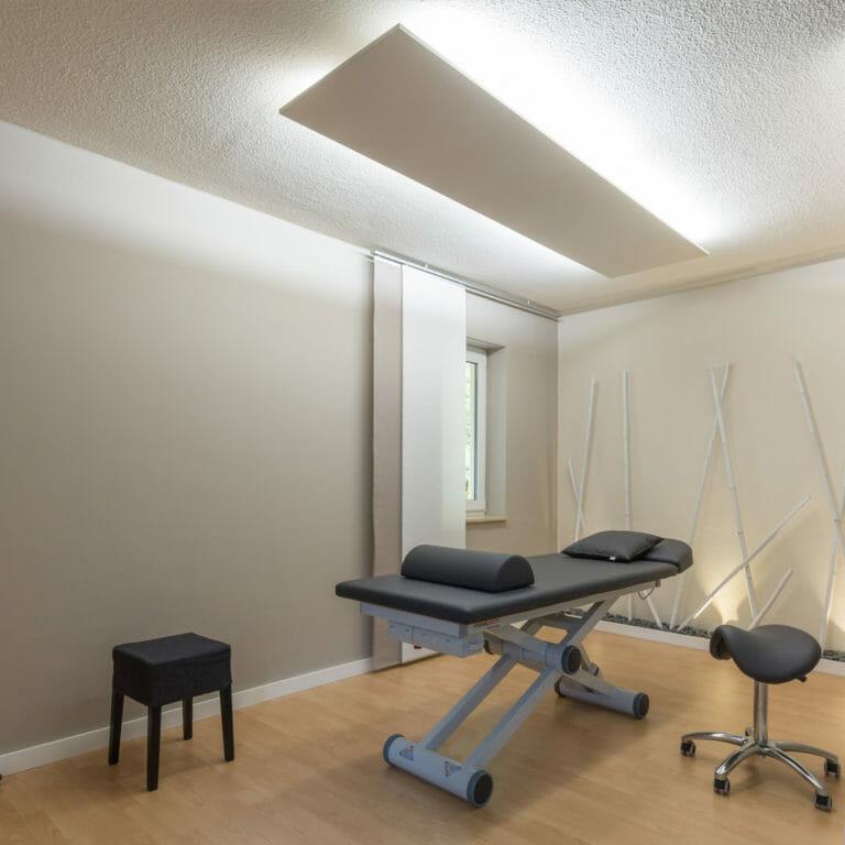 Behandlungszimmer mit athmosphärische Gestaltung in Erdtönen