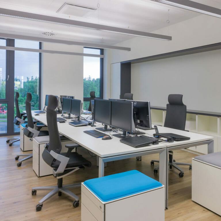 Büroeinrichtung und Einbauschrank