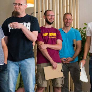 Philipp Fischer , lachend mit mehreren Personen bei einem workshop