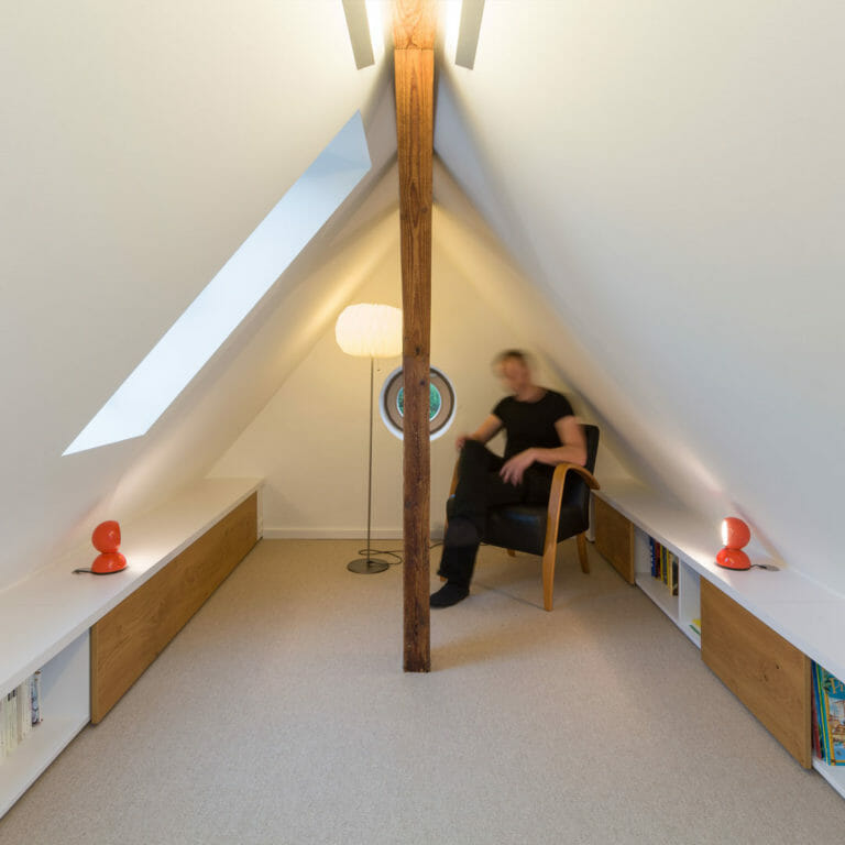 Leseecke mit flachen Regalen im Dachboden
