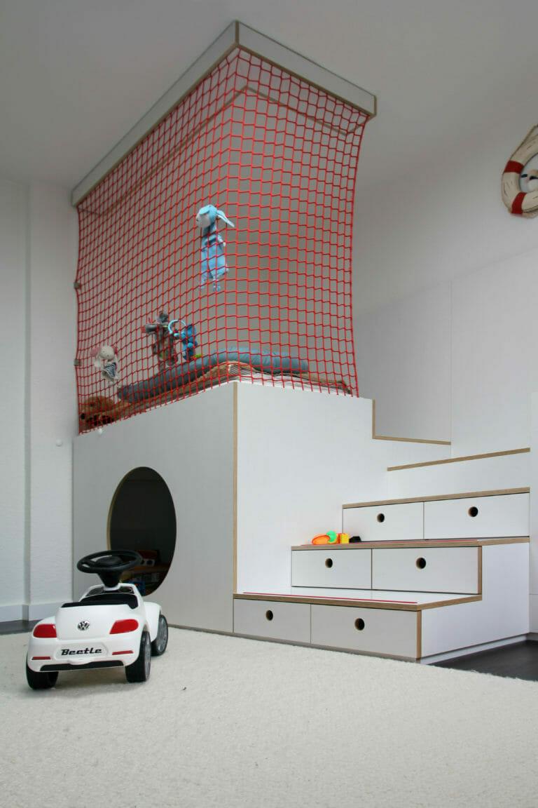 Kinderzimmer mit Spielbereich und Fangnetz, Treppe mit Stauraum