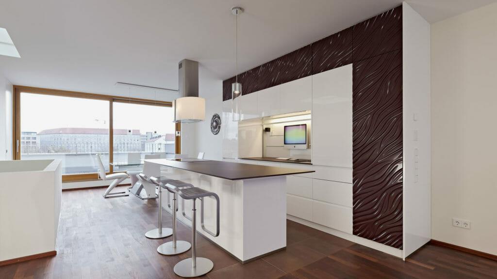 zweizeilige Küche aus Hochschrankanlage und Kücheninsel mit Tresen in offenem Loft