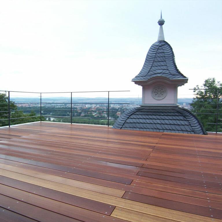 Dachterrasse mit historischen Turmspitzen