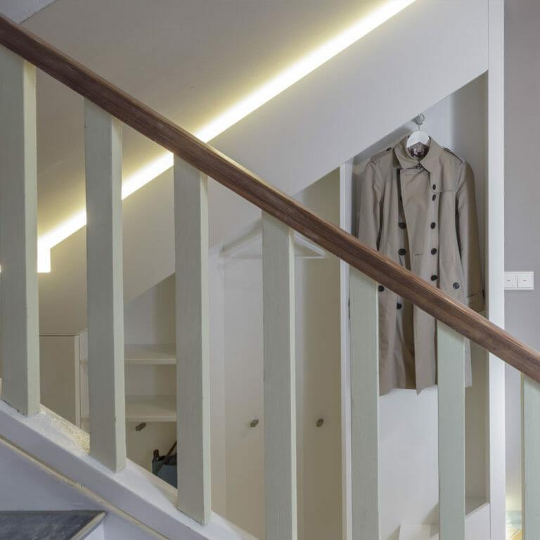 Einbauschrank als Garderobe im Treppenhausmit indirekter Beleuchtung