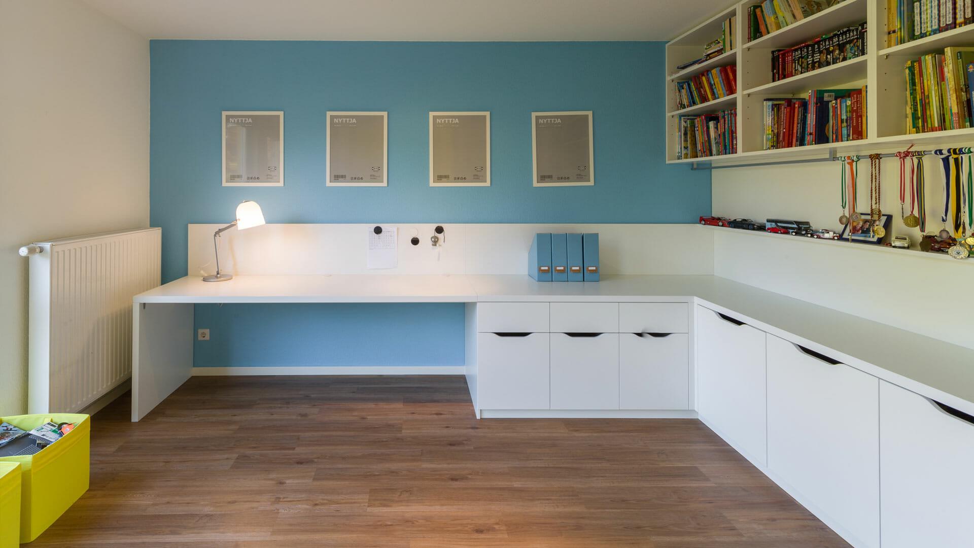 extragroßer Schreibtisch, angepasste Hochschränke und Sideboards bieten Platz zum Verstauen und Ablegen