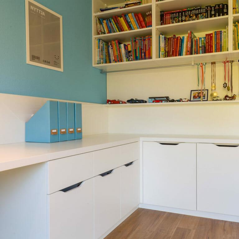 angepasste Hochschränke und Sideboards bieten Platz zum Verstauen und Ablegen