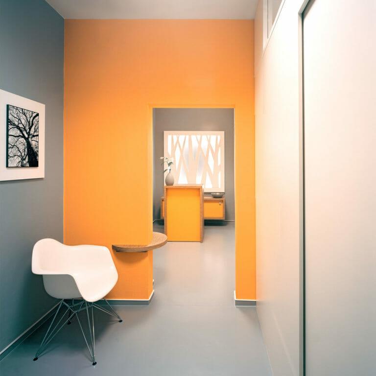 Empfangs- und Wartebereich in Orange und Grau