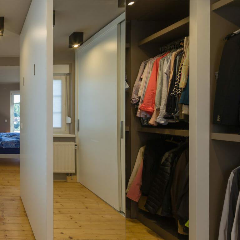 Kleiderschrank mit Schiebetüren
