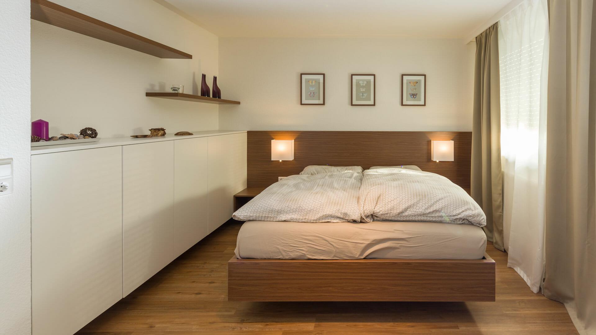 Doppelbett mit Betthaupt, Nachttischen und anschließendem Sideboard