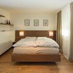 Doppelbett mit Betthaupt und Nachttischen