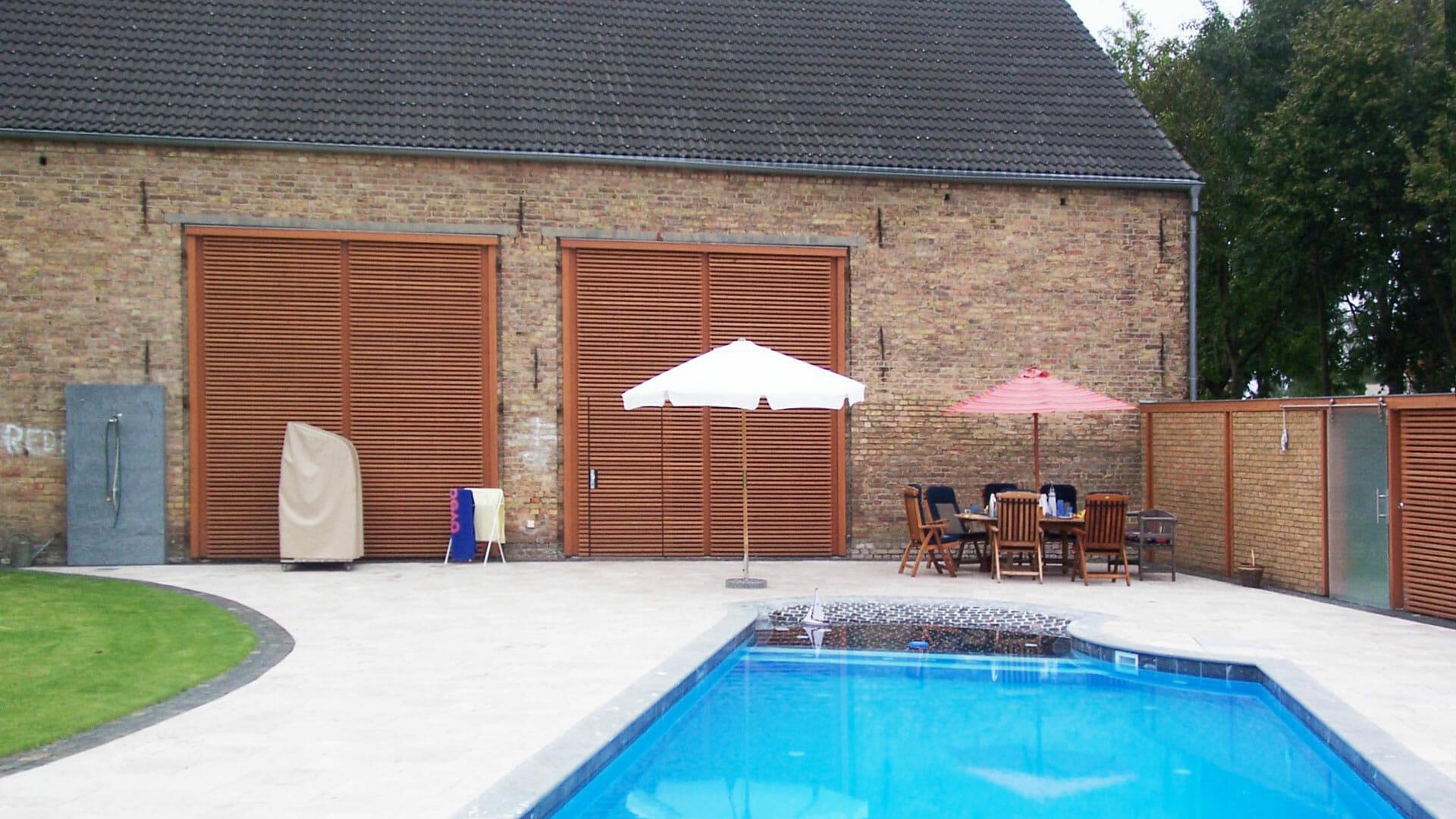 Pool vor Scheune mit neuem Tor und Sichtschutzwand