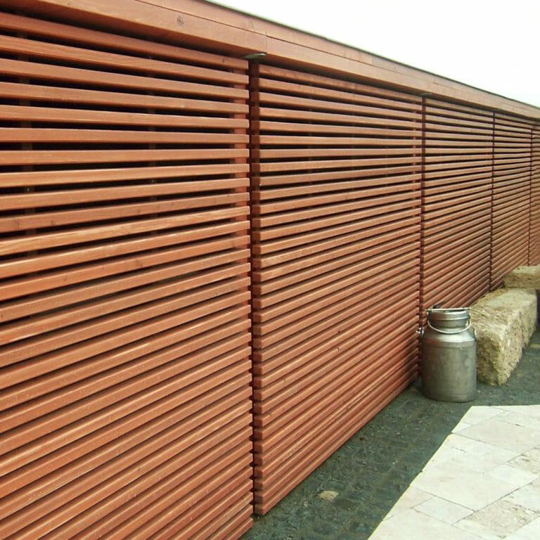 Sichtschutzwand aus Lächenholzleisten