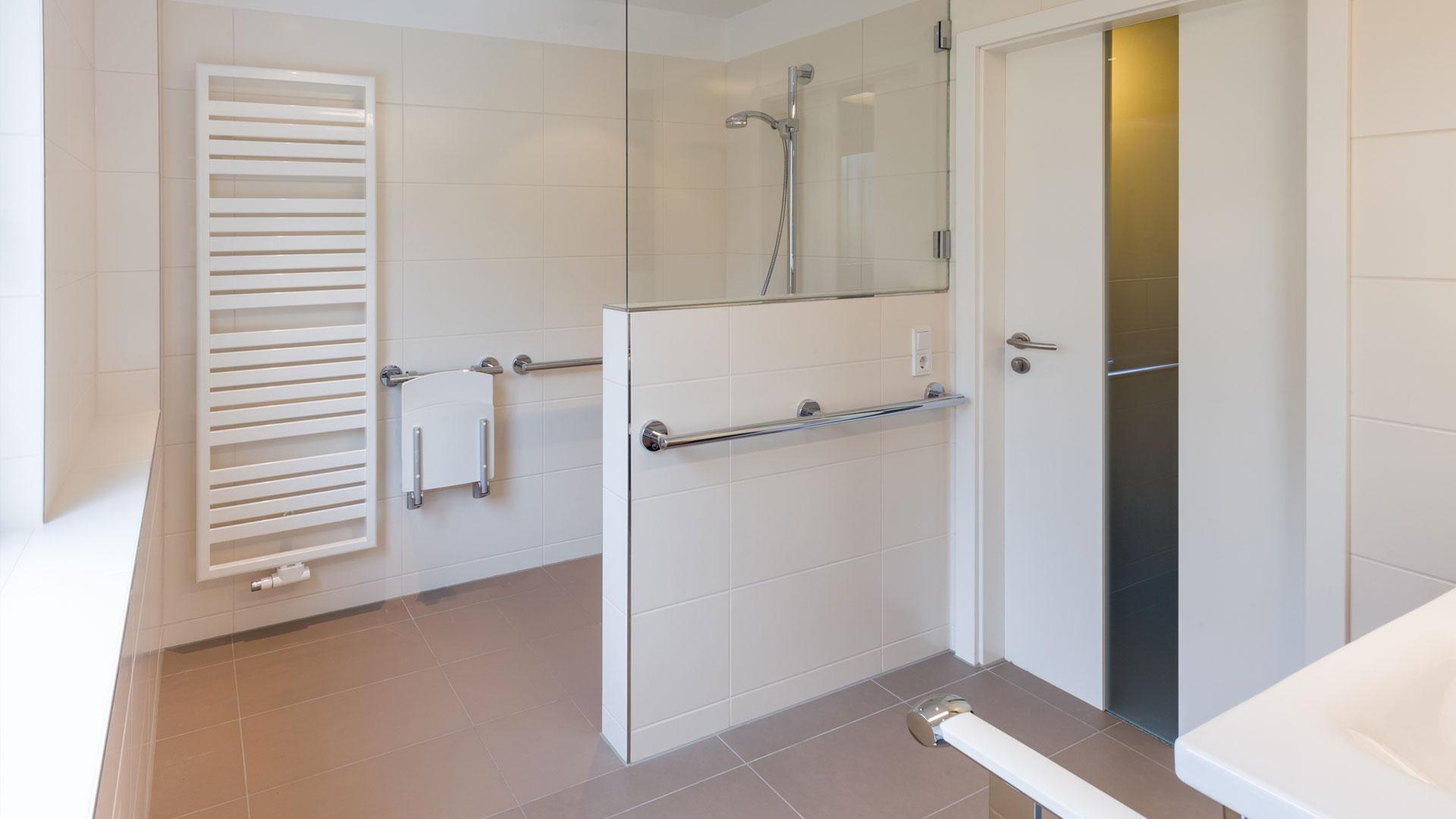 barrierefreie, ebenerdige, bodengleiche Dusche mit Sitz