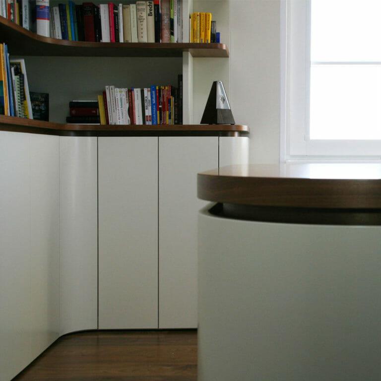 Bibliothek und Schreibtisch mit runden Ecken