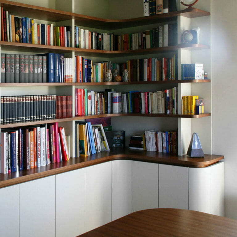Bibliothek aus Unterschränken und offenem Regal mit runden Ecken