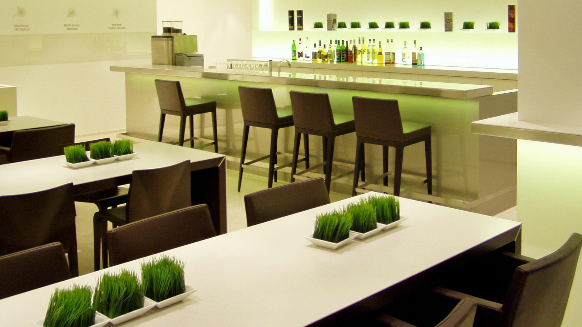 wengefurnierte Ess- und Konferenztische, Bar aus Glas und Edelstahl