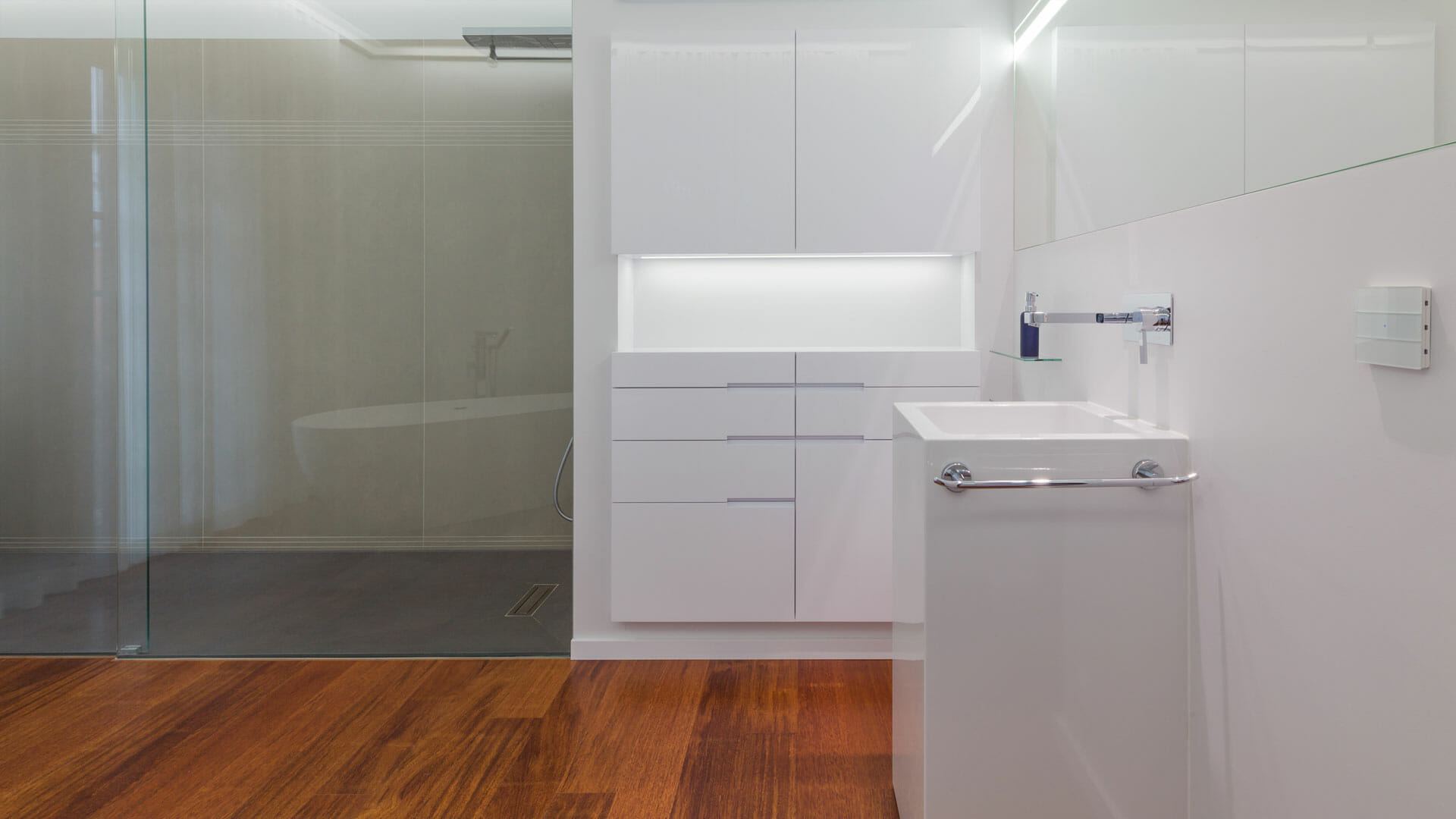 Standwaschbecken, dahinter Niescheneinbauschrank und bodengleiche dusche