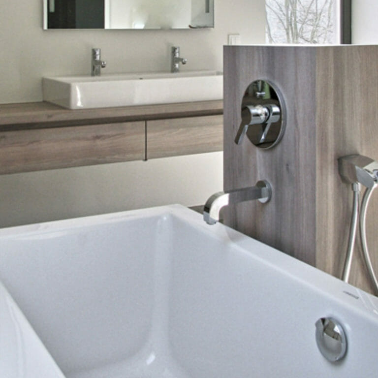 Säule für Badewannen Armatur, dahinter Waschtisch