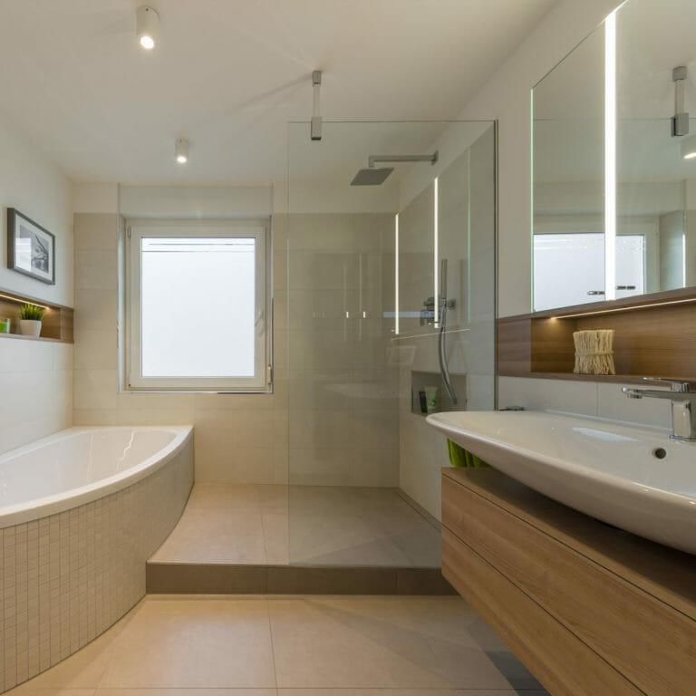 Bad mit WC, Eckbadewanne, offener Dusche und Waschtisch