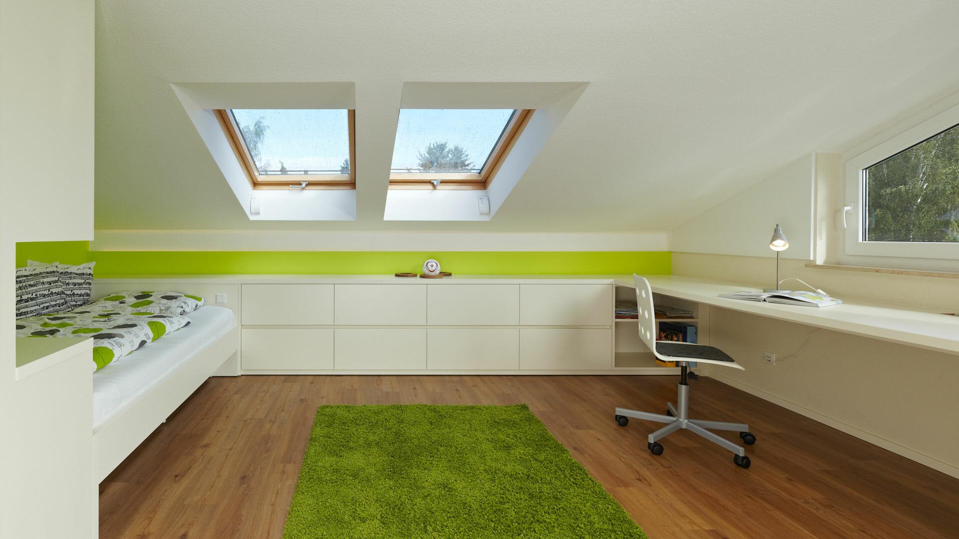Schubkastenflachstrecke zwischen Bett und Schreibtisch unter Dachschräge