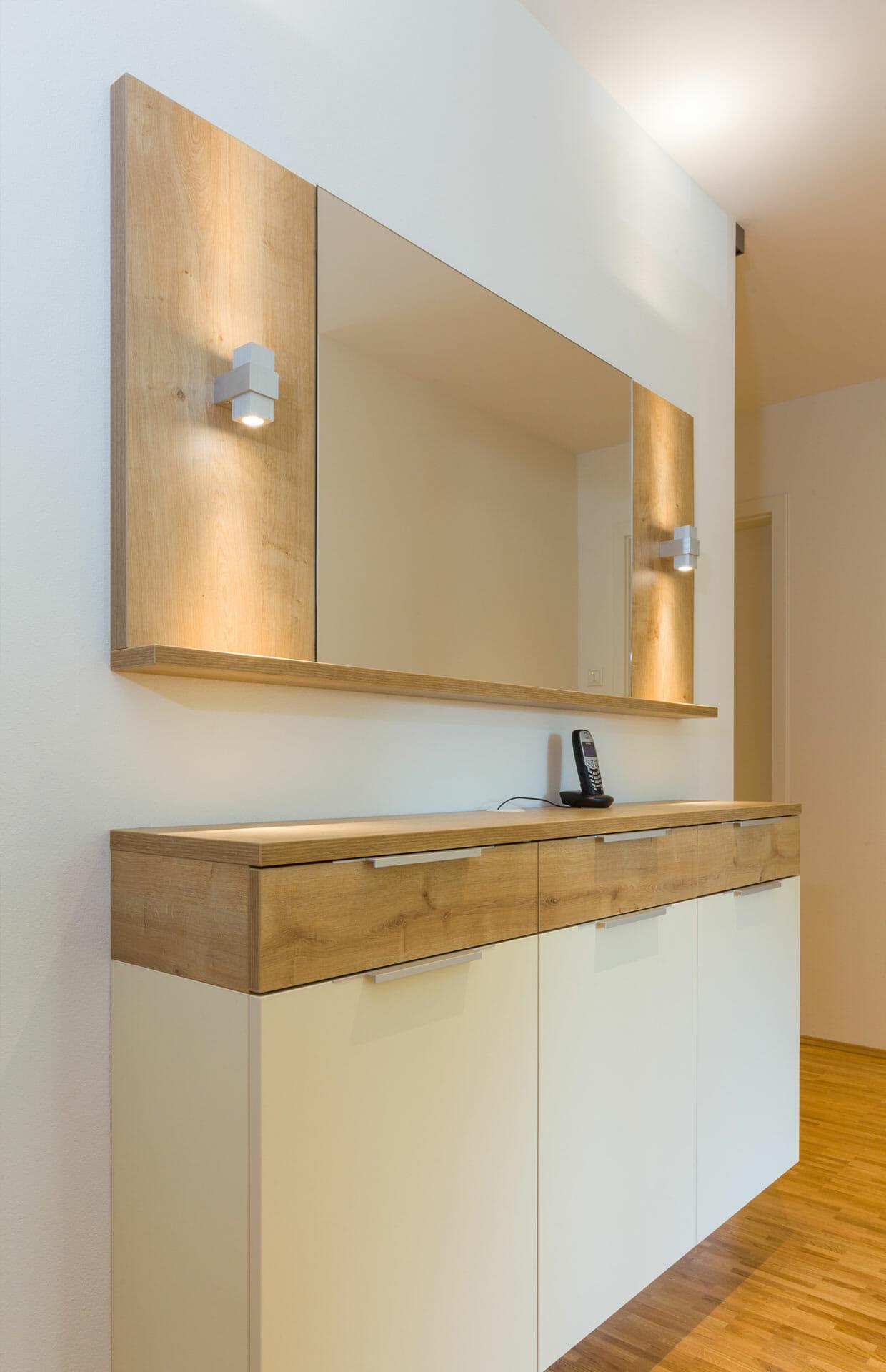 Sideboard als Schuhschrank, darüber Wandboard mit Spiegel