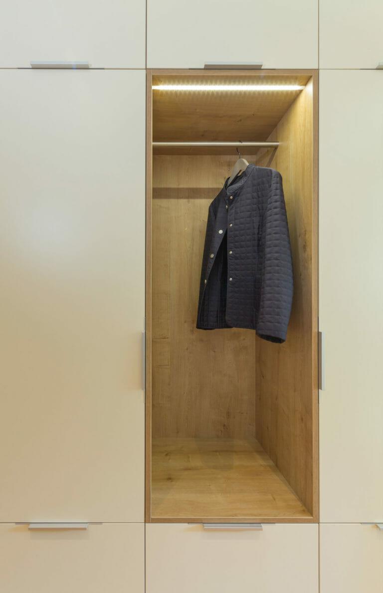 Garderobenniesche in Eichedekor mit Beleuchtung