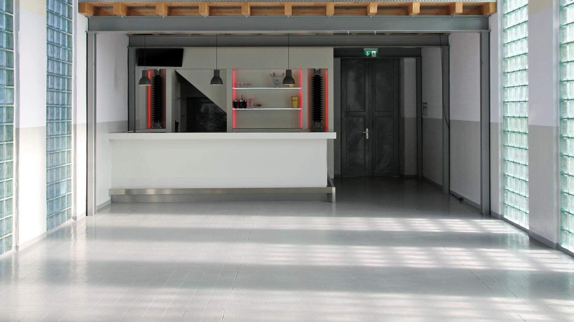 moderne Bar in Industriehalle mit Glasbausteinen Stahlträgern