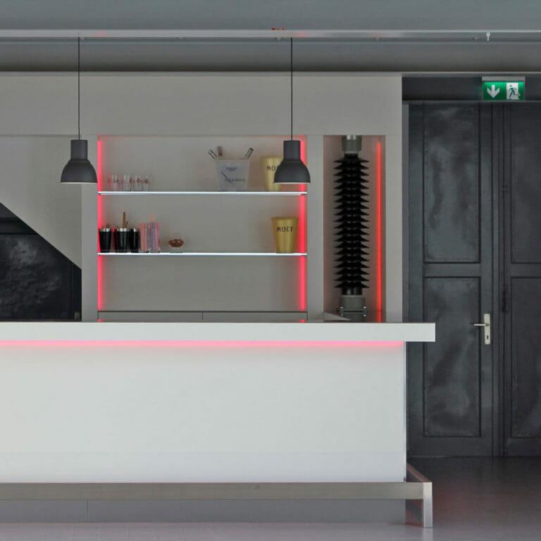 Bar im Industrie Design mit weißen Fronten, Edelstahl, Glas und LED