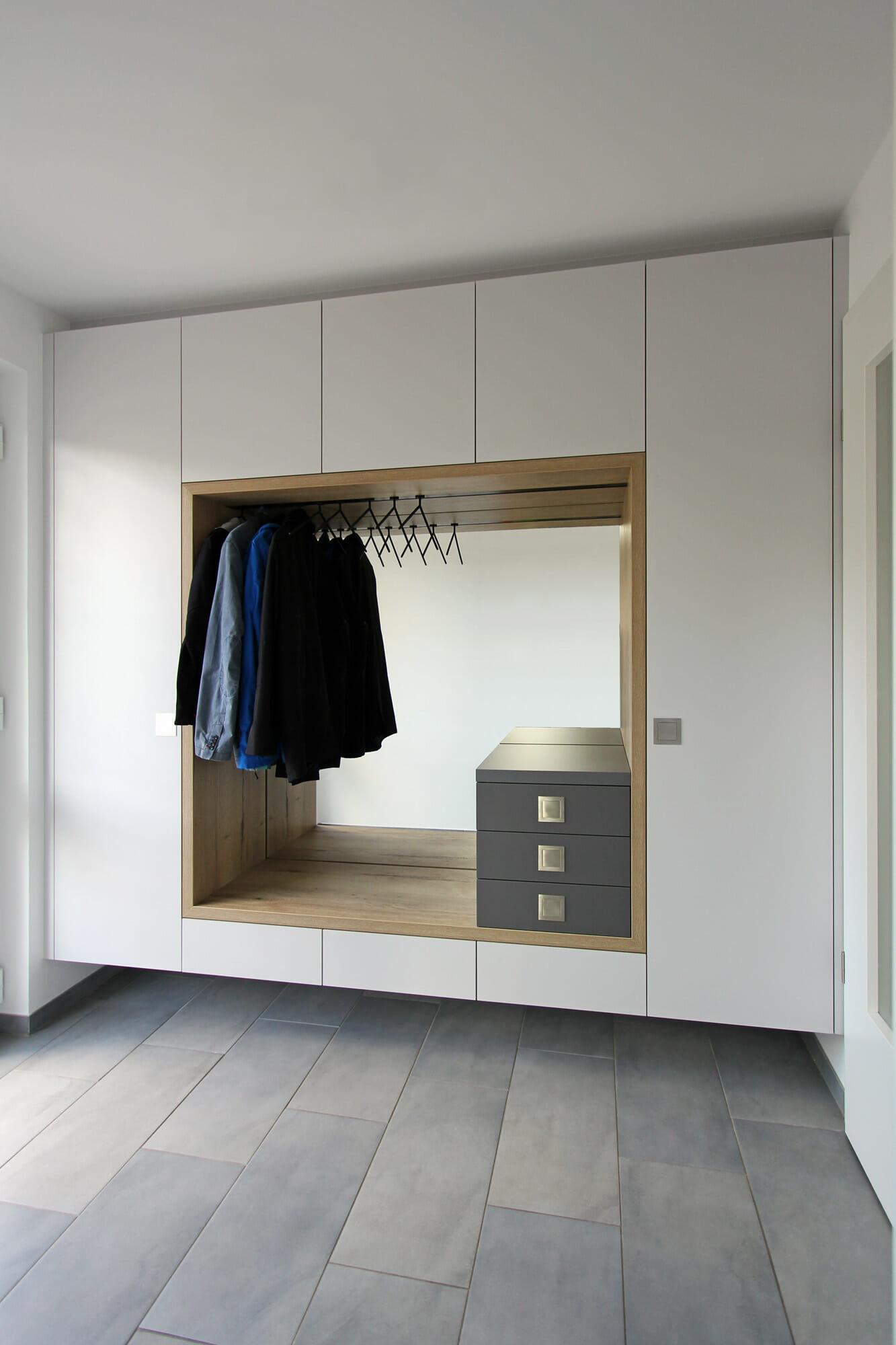Flurmöbel mit Garderobe, Magnetkleiderbügel, Sitzniesche, Spiegel und Stauraum