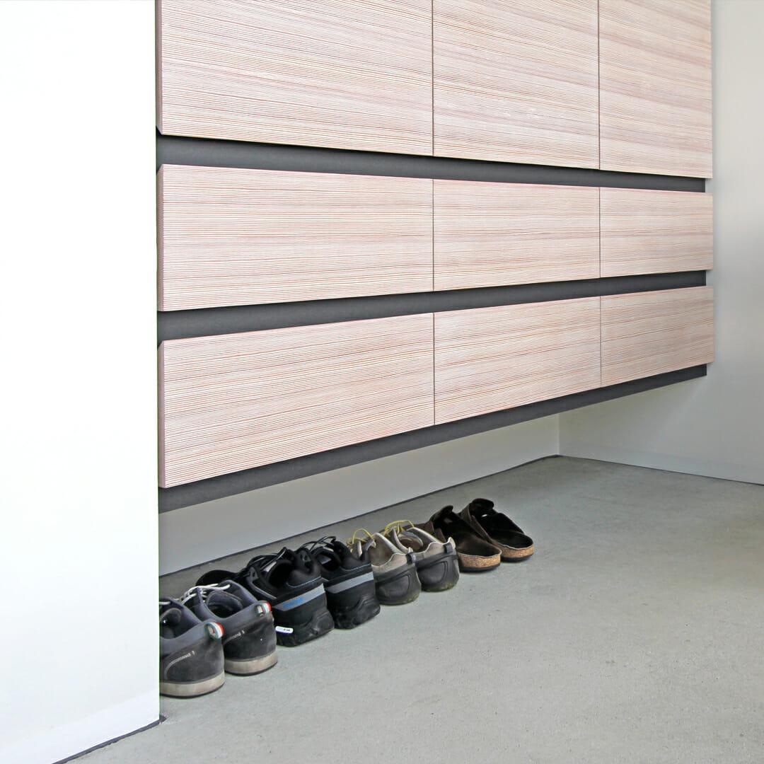 Garderobenschrank hängend, darunter Platz für Schuhe